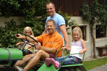 Hof-und Ortsrundfahrt mit unserem 60 jährigen Steyr Traktor