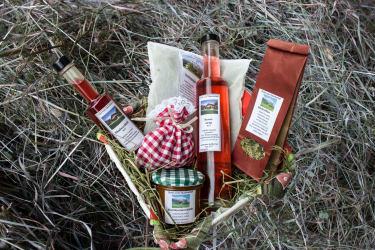 Geschenkskorb mit Produkten vom Hof