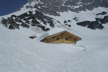 zugeschneite Hütte