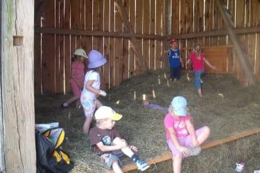 Die Kinder beim Heuhüpfen