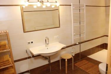 FEWO - Badezimmer mit Dusche, WC und Steckdosenradio