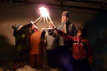 Bei Fackelwanderung im Schnee