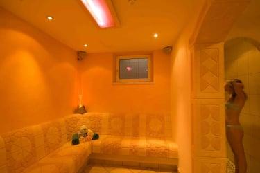 Sauna, Ruheraum mit beheizter Sitzbank