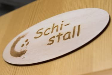 Schi-Stall zum Trocknen und Reparieren