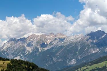 Wolkentürme über den Lechtaler Alpen, diesen Blick dürfen Sie am Biohof-Inntalblick einfangen