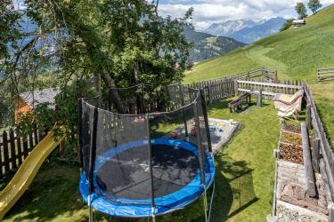 Der hofeigene Spielplatz ist beliebt nicht nur bei Kindern, Biohof-Inntalblick