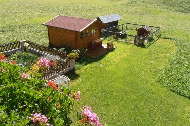 Blick vom Balkon auf Garten und Gartenhütte