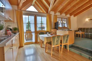 Ferienwohnung Enzian - Wohn-Essraum mit Küchenzeile
