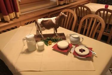 Bio-Milch und Bio-Naturjoghurt vom Rosenhof mit Kuh der Rasse