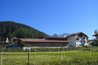 Unser Rosenhof (Hof und Haus) von Westen im Sommer.