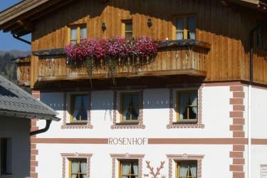 Unser Rosenhof von Süden mit der ziegelroten, räto-romanischen Bemalung.