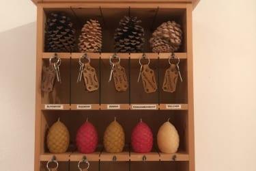 Schlüsselkasten mit Holzkuhr und Holzherz