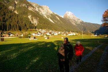 Schnann liegt mitten im Stanzertal. Im Hintergrund die Eisenspitze.