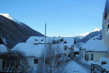 Los geht`s, auf den Gipfeln des Arlbergs scheint schon die Sonne.....