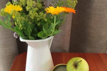 Blumen und frisches Obst aus dem Garte