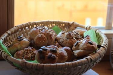 gemeinsam mit Bäuerin Margit herrlich duftende Frühstückbrötchen zubereiten