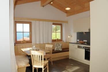 traumhafte Wohnküche mit Liegecouch und direkten Balkonzugang, FeWo Talblick