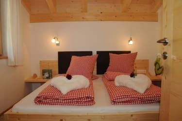 Vollholzmöbel, Dachstuhl aus Holz, Lärdchenholzboden, Zimmer1 Dolomitenblick