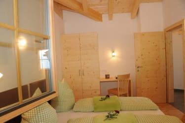 kuscheliges Schlafzimmer mit Dachstuhl auf Sicht lädt zum Wohlfühlen ein, FeWo Talblick