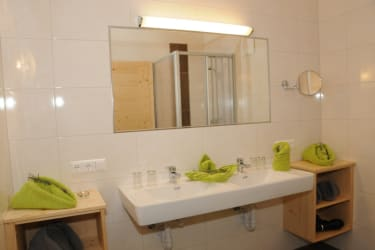 Badezimmer mit Dusche, Doppelwaschbecken, Dolomitenblick