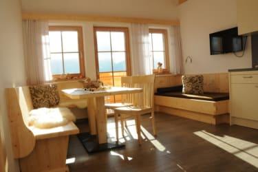 hoher Wohlfühlkomfort mit Echtholzmöbel, großzügiger, heller Raum, direkter Balkonzugang mit Blick auf die Lienzer Dolomiten, FeWo Dolomitenblick
