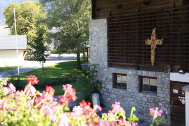 Vor dem Haus mit Blick zum Dorfplatz