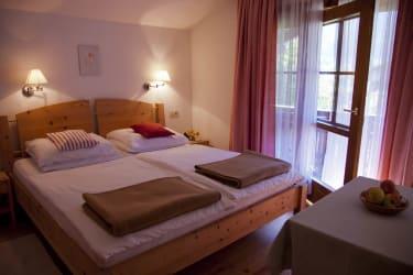 Obstgarten Schlafzimmer mit Osttiroler Zirbenbett