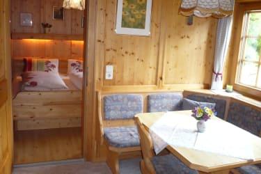 Ferienwohnung mit Blick ins Schlafzimmer