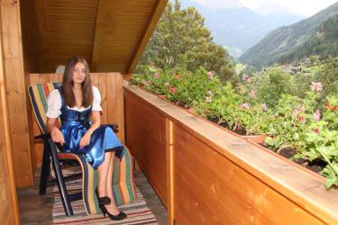 Balkon mit Liegestuhl und Frühstücksecke