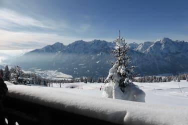 Hüttenbalkon mit Blick auf die Funslope und die Lienzer Dolomiten