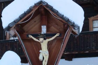 Kreuz vor dem Haus