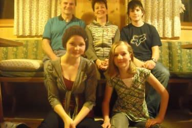 Familie Oppeneiger in der Bauernstube. Lois, Agnes, Simon, Theresa und Mathilde