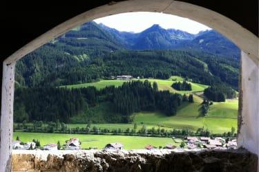 Von der Burg Heinfels blickt man direkt auf den Hattlerhof