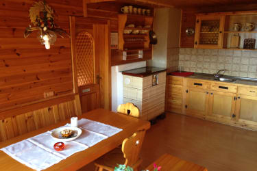 Gemütliche Wohnküche mit Kachelofen
