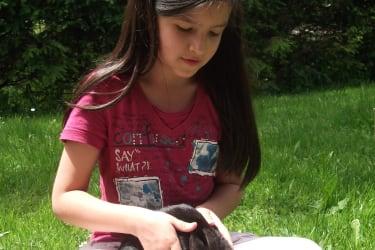 Mädchen mit Hase