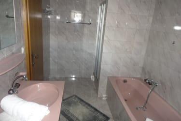 Großes Badezimmer mit Badewanne und Dusche, WC seperat
