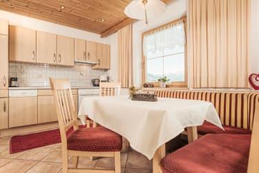 Wohlfühlküche mit Blick in die Zillertaler alpen