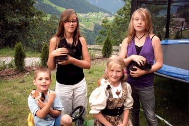 Kinder mit Streicheltieren