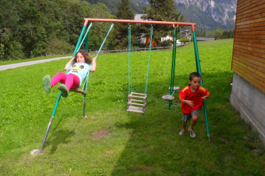 Spielplatz für Kinder, Schaukel