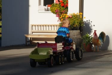 Traktor fahren am Hof