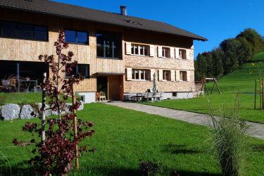 Haus mit Spielwiese