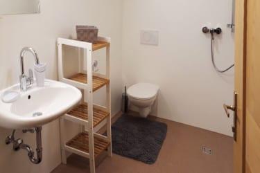 Badzimmer mit Dusche, WC, Waschbecken