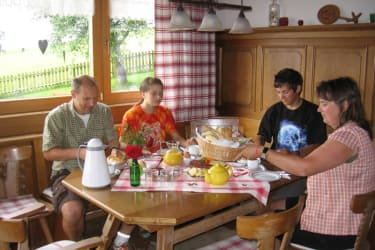 Familie Pajewski genießt unser Frühstück....natürlich mit Produkten von Haus und Hof