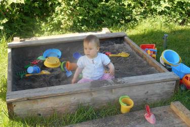 Katharina im Sandkasten