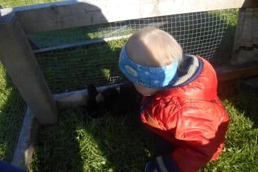 Johannes mit Kaninchen Karla