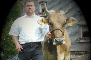 Bauer Martin mit Kuh Zimba