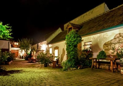 Idyllischer Innenhof bei Nacht