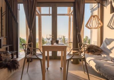 Wohnraum mit Sofa und Essbereich