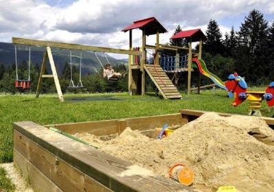 Unser Spielplatz mit Trampolin