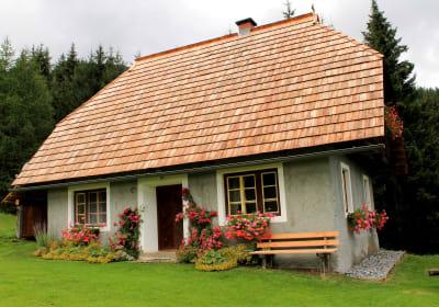 Die Hütte ist im Sommer immer mit Blumen geschmückt.